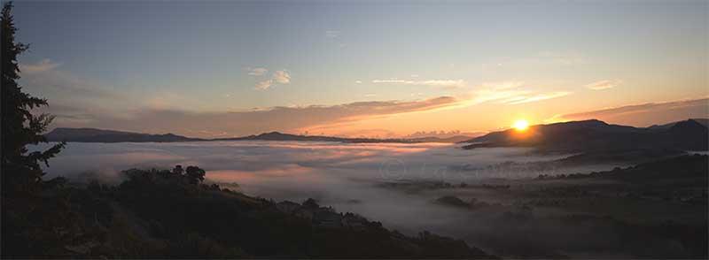 Valli di Cagli e Pergola sotto la nebbia.